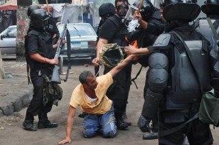 Perlakuan tidak manusiawi aparat kepolisian yang sering diterima para demonstran di Mesir (aljazeera)