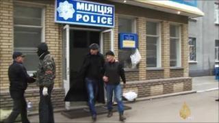 Pro-Rusia menguasai gedung pemerintah Ukraina (aljazeera)