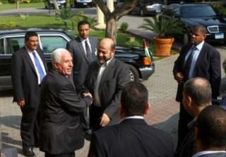 Azzam Al-Ahmad disambut Musa Abu Marzuq ketika kunjungan ke Jalur Gaza sebelumnya (paltimes.net)