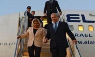 PM Zionis, Benjamin Netanyahu, saat turun dari pesawat sewaan ini (paltimes)