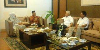 Hatta Rajasa saat berkunjung ke kediaman Sholahuddin Wahid di Jalan Bangka 2C Mampang, Jakarta Selatan, Jumat (23/5) - (merdeka.com)