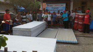 Penyaluran bahan material untuk perbaikan rumah warga Desa Tanggung Mulya kecamatan Puncu Kediri, Senin (5/5/2014) - (Foto: kai/pkpu)