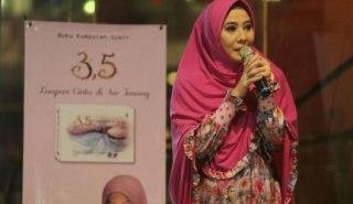 Peggy Melati Sukma kini tampil lebih Raligius dengan hijabnya - (infofashionterbaru.com)
