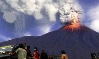Gunung Sangeang Api, Wera, Kabupaten Bima, Nusa Tenggara Barat, meletus yang kedua kalinya, Sabtu,  31 Mei 2014,  pukul 01.20. (fajar.co.id)