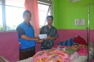 Kurnia Lestari, penderita pergeseran tulang belakang saat menerima bantuan dari PKPU Bengkulu, Jumat (16/5) - (mira/pkpu)