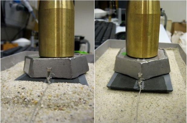Pasir menumpuk di depan pengeret ketika ditarik di atas pasir kering (kiri). Pada pasir basah (kanan), hal tersebut tidak terjadi. (fom.nl)
