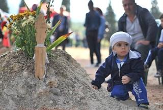 Salah satu anak korban di makam ayahnya (Anadolu)