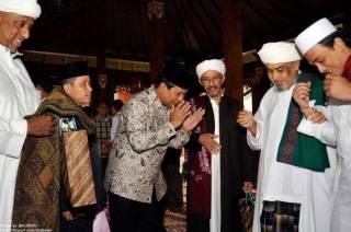 Prabowo Subianto di tengah para ulama. (kabarnet.in)