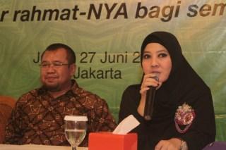 Presiden ACT Ahyudin (kiri) dan Peggy Melati Sukma (kanan) saat konpers Menangkan Ramadhan.  (lingga/act)