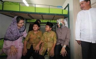Walikota Tangerang Selatan Airin Rachmi Diany berbincang dengan anak-anak yatim Yayasan Keluarga Kerukunan Muslim BSD (KKMB), Sabtu (31/5/14).  (rmol.co)