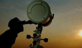 Petugas menggunakan teropong guna melihat posisisi bulan untuk menentukan awal Ramadhan.  (Idii-online.com)