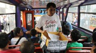 Relawan Jokowi-JK sedang mengumpulkan sumbangan dana kampanye dari masyarakat.  (berita.yahoo.com)
