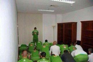 Punggawa Timnas Aljazair saat menunaikan shalat Zhuhur sebelum bertanding dengan Belgia. Selasa (17/6/14).  (Muslim Footballers @The AMF)