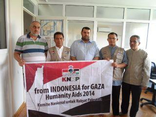 Ketua Harian KNRP Caca Cahayaningrat memberikan bantuan donasi untuk rakyat Gaza Palestina secara simbolis kepada General Manager Aliansi Internasional untuk Penyelamatan Al Quds dan Palestina Usamah Owni di Istanbul Turki, Ahad (20/7) .  (KNRPMedia)