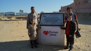 Relawan RZ, Syauqi Mujahid Rabbani bersama warga Gaza.  (Titin Latifah/RZ)