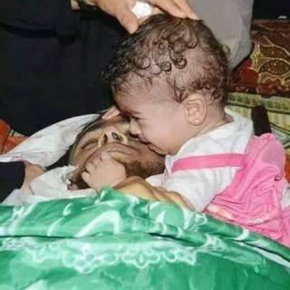 Balita perempuan di Gaza membangunkan ayahnya yang syahid (islammemo.cc)