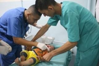 Bayi Palestina yang terluka dan ditangani tenaga medis (paltimes.net)