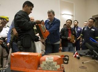 Proses Penyerahan Black Box MH17 dari Prmbrontak Pro-Rusia kepada pemerintah Malaysia.  (cdn.sabay.com)
