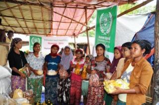 PKPU bekerjasama dengan HAI Australia memberikan bantuan kepada pengungsi yang berada di Camp Water Resources dan Camp Stadion Mekhtila yang berjumlah mencapai 1.000 jiwa. Rabu 23/7/14. (teguh/kis/PKPU)