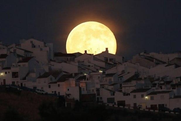 Supermoon terbit di Olvera, Spanyol Selatan, Sabtu (12/7/2014). (Jon Nazca / Reuters)