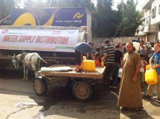 Nampak warga Gaza beramai-ramai mendatangi truk tanki untuk mendapatkan bantuan air bersih. (dok ACT)