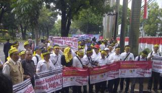 Ratusan karyawan maskapai Merpati saat mendatangi Kementerian BUMN. (viva.co.id)