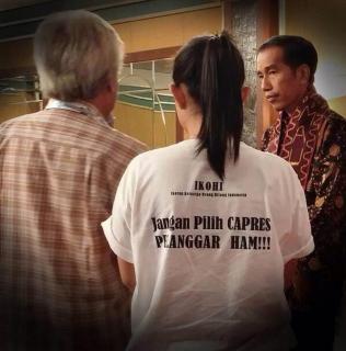 Jokowi saat berdialog dengan Dionisius Utomo Rahardjo, ayah dari Petrus Bima Anugrah, dan Fitri Nganthi Wani, putri sulung Wiji Thukul. (twimg.com)