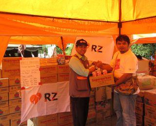 Program Head RZ, Pras Purworo menyerahkan bantuan untuk korban kebakaran di Kebon Kacang, Jakarta Pusat, Selasa, 23/9/14.  (neneng/rz)