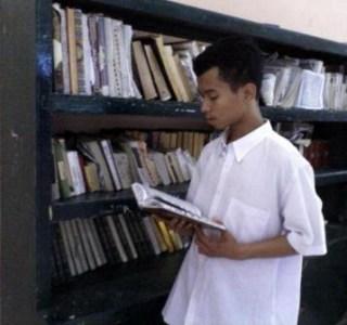 Jusopin sedang membaca di perpustakaan