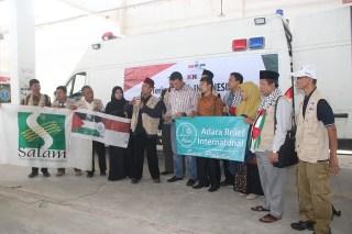 Penyerahan simbolik bantuan Ambulan dari rakyat Indonesia untuk warga Gaza Palestina oleh Opick bersama perwakilan lembaga kemanusiaan lainnya, tergabung dengan KNRP, Ahad (31/8)