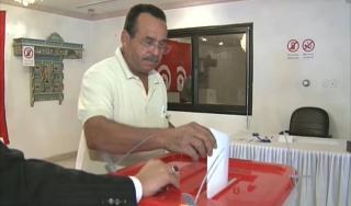 Warga Tunisia di Kuwait yang memberikan hak pilihnya (aljazeera.net)