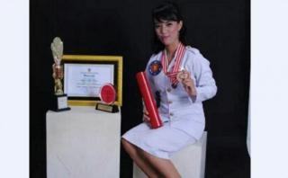 Gayatri Wailissa (17th) saat berfoto dengan beberapa penghargaan yang pernah diraihnya. (tribunnews.com)