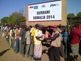 Penyerahan daging kurban kepada warga Somalia.  (anisa/pkpu)