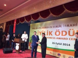 Penyerahan penghargaan oleh Menteri tenaga kerja Turki, Faruk Çelik kepada Agung Notowiguno selaku Presiden PKPU.  (Mastom/kis/pkpu)