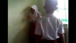 Adegan kekerasan yang dilakukan siswa SD di Bukittinggi.  (berita.yahoo.com)