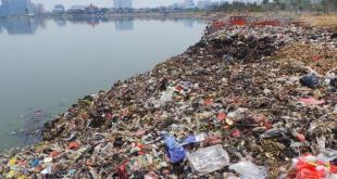 Gundukan sampah berjejer di tepian Taman Kota Waduk Pluit, di Penjaringan, Jakarta Utara. Senin (13/10/2014) (Kompas)
