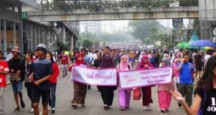 Acara Tebar Hijab saat Car Free Day Jakarta, Ahad (16/11/14). (http://antiliberalnews.com)