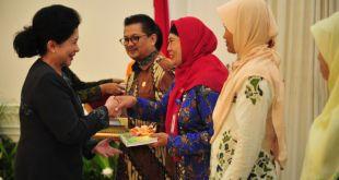 Nuryani (jilbab merah), Kader TB Care PKPU saat menerima penghargaan dari menteri kesehatan. Selasa (24/3/15).  (Riska/kis/pkpu)