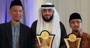 Ustadz Yusuf Mansur, Pimpinan Ponpes Daarul Qur'an saat menerima penghargaan Tahfidz Award di Makkah.  (repblika.co.id)