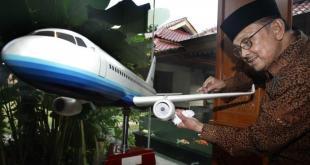 BJ Habibie dan Replika Pesawat Regio Prop 80 (R80).  (tribunnews.com)