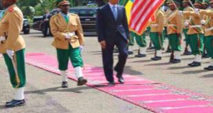 Obama berjalan di karpet yang bercorak karpet masjid. (ajel)