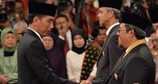Gubernur Jawa Barat Ahmad Heryawan saat menerima anugrah Bintang Jasa Utama di Istana Negara, Jakarta, Kamis (13/8/15).  (jabarprov.go.id)