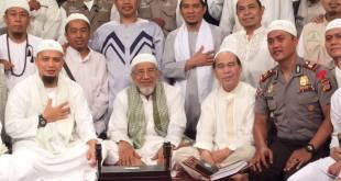 Almarhum Akp Mukhlis bersama majelis zikir Ad-Zikra. (Facebook KH Muhammad Arifin Ilham)