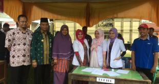Wakil Walikota Pekanbaru, Ayat Cahyadi beserta istri, Indriarita hadir pada pembukaan program tanggap asap kerjasama PKPU dengan CIMB Niaga Syariah, Kamis (5/11/15). .(Wentiza/Putri/PKPU)