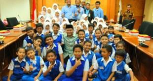 Hidayat Nur Wahid saat audiensi dengan  Sekolah Dasar Islam Terpadu (SDIT) Qatrunnada Islamic School di Ruang Pleno Fraksi PKS DPR RI, Senayan, Jakarta, Selasa (2/2/2016). (fraksipks.or.id)