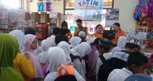 Belanja Bareng Yatim untuk Pendidikan di Centrum Family Store, Ahad (1/5/2016). (Rohim/Putri/kis/PKPU)