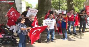 Sekelompok rakyat Tunisia menentang terjadinya kudeta militer di Turki. (aljazera.net)