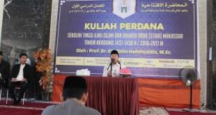 Prof. Dr. K.H. Didin Hafidhuddin, M.Sc, saat menyampaikan kuliah perdana di STIBA Makassar, Senin (29/8/2016). (syahrul qur'ani)