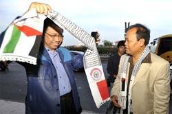 Ketua DPR Marzuki Alie (kiri), mengenakan selendang dukungan untuk Palestina, disaksikkan Ketua Badan Kerja Sama Antar Parlemen (BKSAP) DPR Hidayat Nur Wahid (kanan), sesaat sebelum berangkat menuju Mesir dan Palestina, di Bandara Soekarno-Hatta, Tangerang, Banten, Minggu (27/6). (ANTARA/Ismar Patrizki)