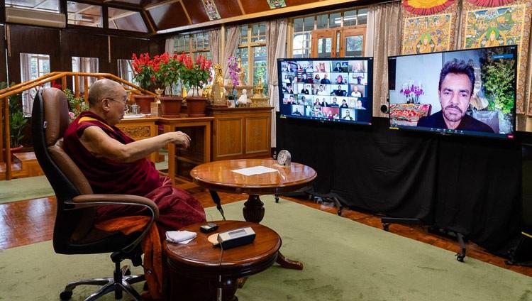 Su Santidad el Dalái Lama en conversación con Eugenio Derbez por videoconferencia desde su residencia en Dharamsala, HP, India, el 22 de septiembre de 2020. Foto de Ven Tenzin Jamphel